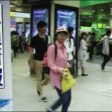 台風新宿中継のピンク帽子の画像
