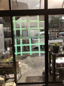 窓ガラスへのガムテープや養生テープの貼り方